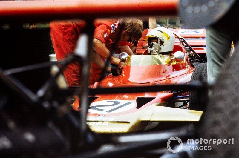 John Miles, Lotus 72B Ford, speaks to a mechanic