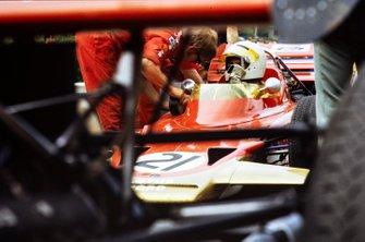 John Miles, Lotus 72B Ford, habla con un mecánico