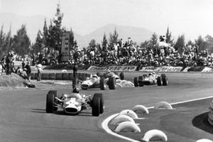 Graham Hill, Lotus 49-Ford leads Jim Clark, Lotus 49-Ford, Chris Amon, Ferrari 312 and Moises Solana, Lotus 49-Ford