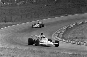 Denny Hulme, McLaren M19C Ford leads Niki Lauda, March 721G Ford
