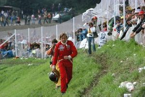 James Hunt, McLaren regresa caminando