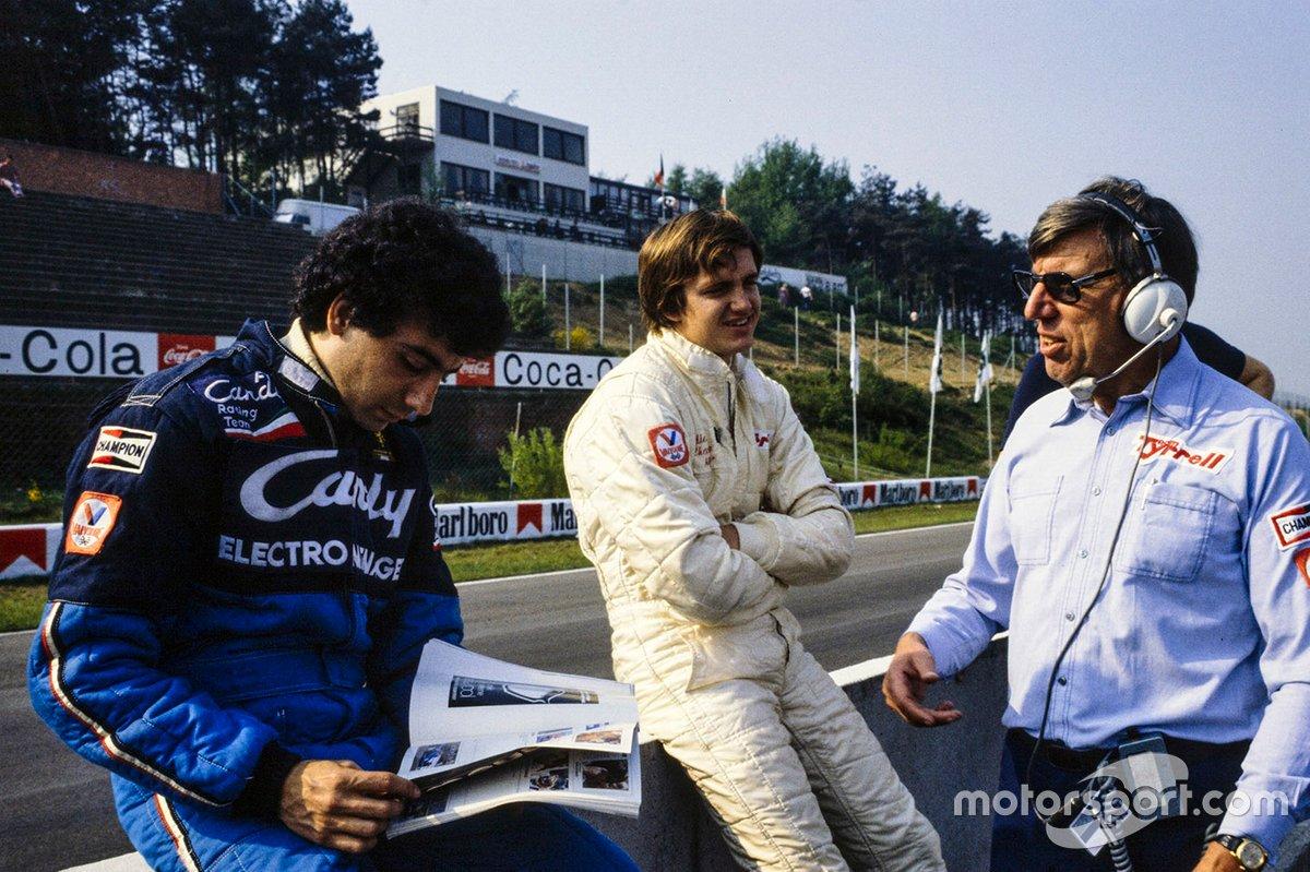Michele Alboreto lee una revista junto a Eddie Cheever y Ken Tyrrell