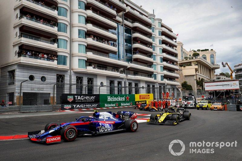 Alexander Albon, Toro Rosso STR14, leads Nico Hulkenberg, Renault R.S. 19, Romain Grosjean, Haas F1 Team VF-19, and Lando Norris, McLaren MCL34