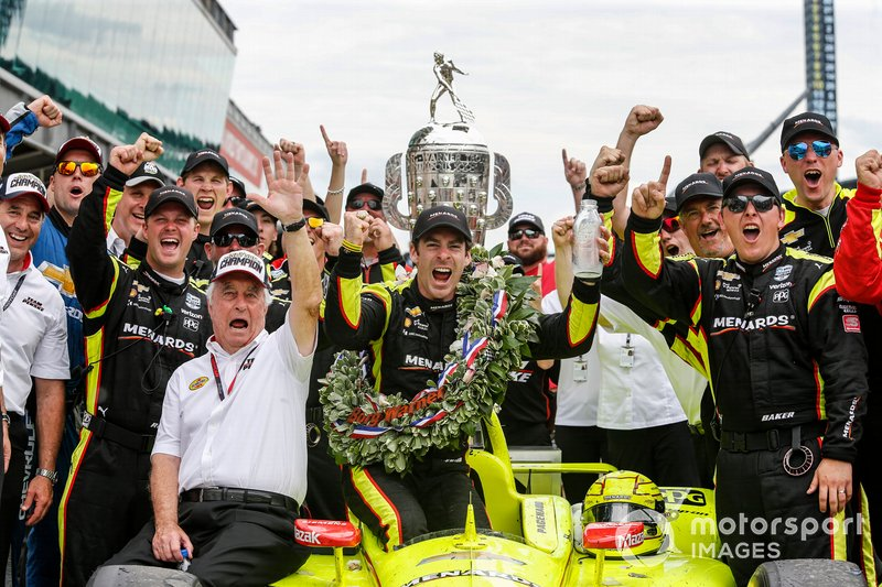 Simon Pagenaud, Team Penske Chevrolet celebrates with Roger Penske his crew in victory lane