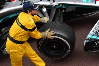 Технические комиссары заводят автомобили в закрытый парк после финиша