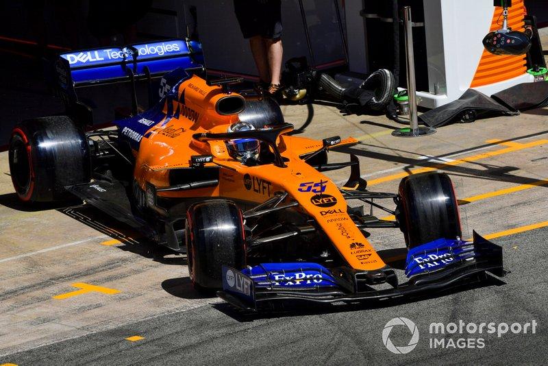 Carlos Sainz Jr., McLaren MCL34, sort du garage