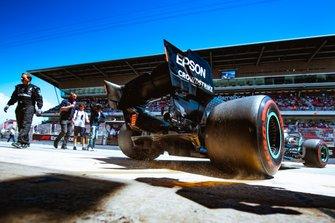Lewis Hamilton на Mercedes AMG F1 W10 покидает боксы