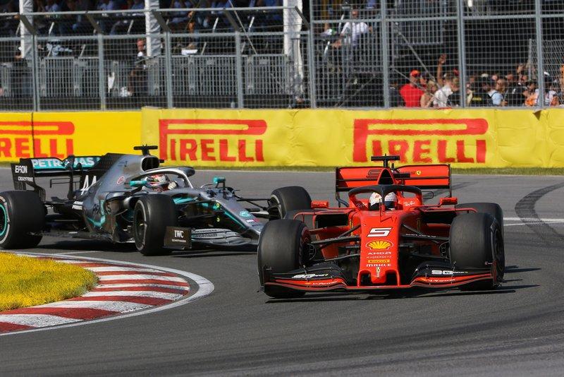 Sebastian Vettel, Ferrari SF90, lidera por delante de Lewis Hamilton, Mercedes AMG F1 W10