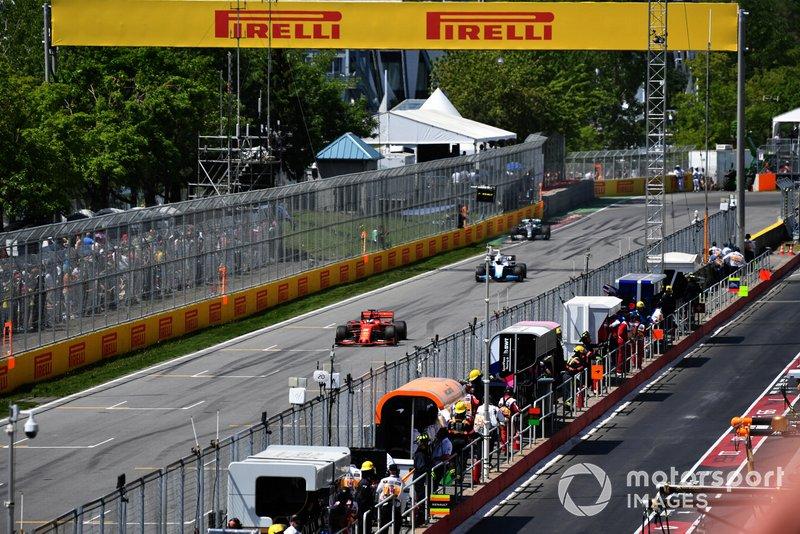 Sebastian Vettel, Ferrari SF90, precede Robert Kubica, Williams FW42, e Lewis Hamilton, Mercedes AMG F1 W10