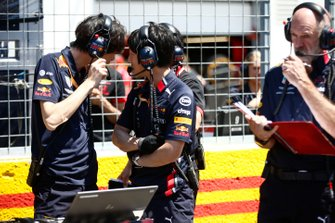 Red Bull mechanics on the grid with Adrian Newey, Chief Technical Officer, Red Bull Racing