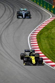 Nico Hulkenberg, Renault R.S. 19, leads Valtteri Bottas, Mercedes AMG W10