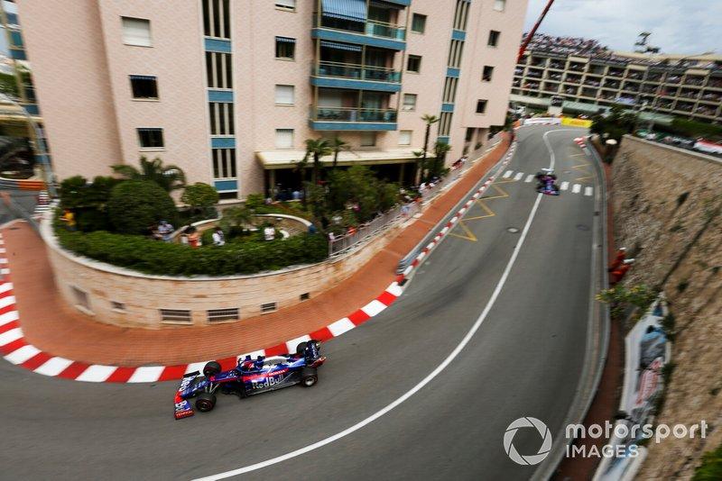 Daniil Kvyat, Toro Rosso STR14, precede Alexander Albon, Toro Rosso STR14