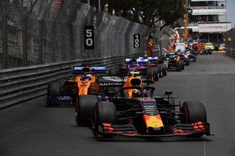 Pierre Gasly, Red Bull Racing RB15, devant Carlos Sainz Jr., McLaren MCL34, Daniil Kvyat, Toro Rosso STR14, et Alexander Albon, Toro Rosso STR14