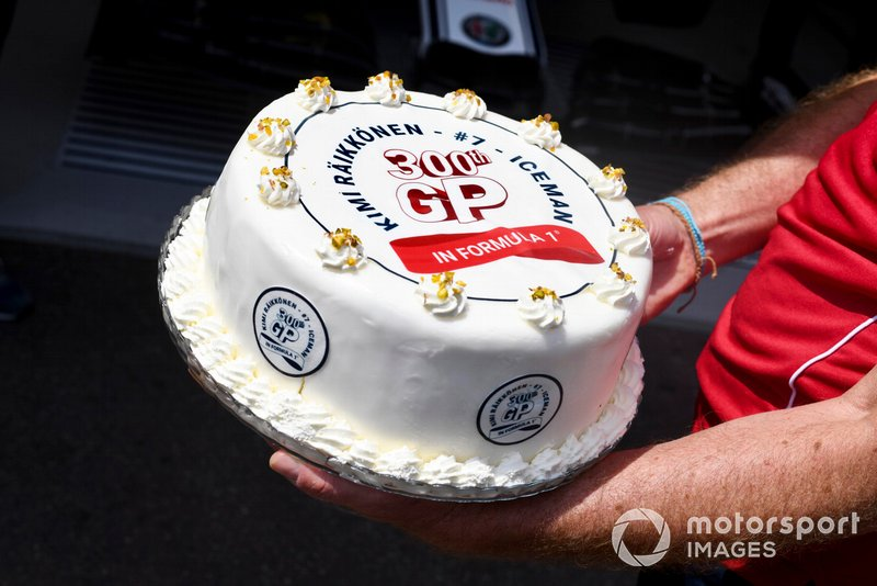 Kimi Raikkonen, Alfa Romeo Racing, is presented with a cake to commemorate his 300th race