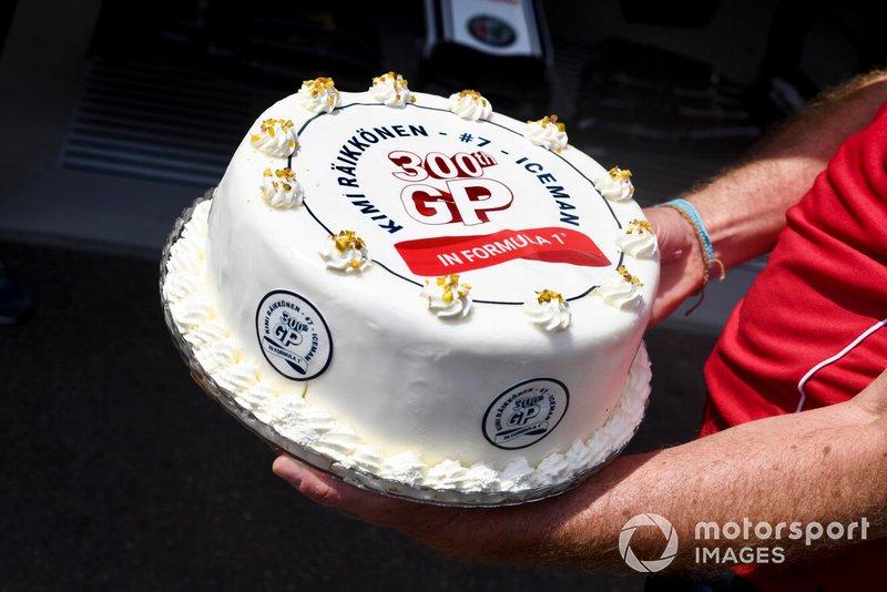 Kimi Raikkonen, Alfa Romeo Racing, reçoit un gâteau fêtant son 300e GP