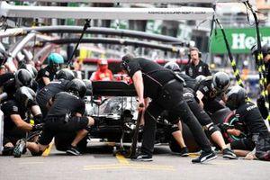Lewis Hamilton, Mercedes AMG F1 W10, dans les stands durant les essais