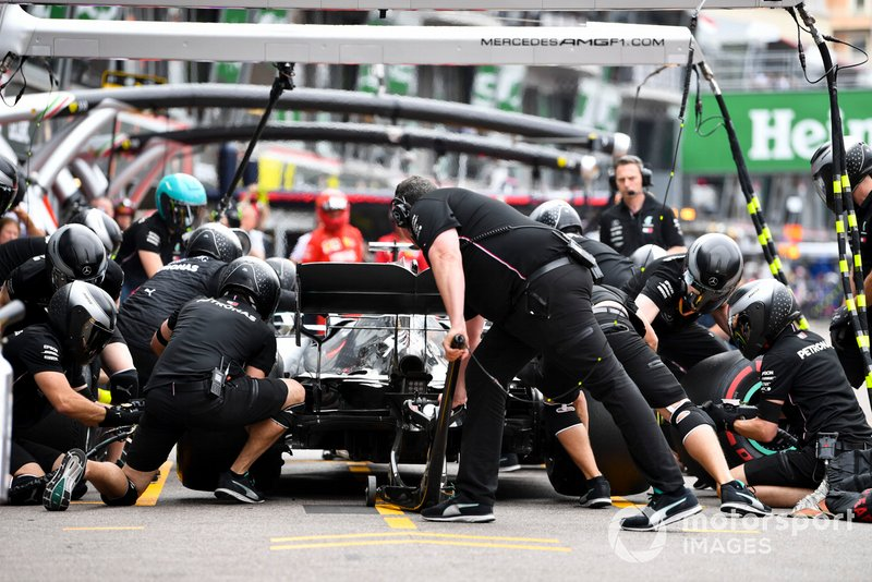 Lewis Hamilton, Mercedes AMG F1 W10,en pits durante los entrenamientos