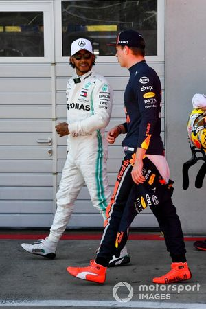 Lewis Hamilton, Mercedes AMG F1, et Max Verstappen, Red Bull Racing, après les qualifications