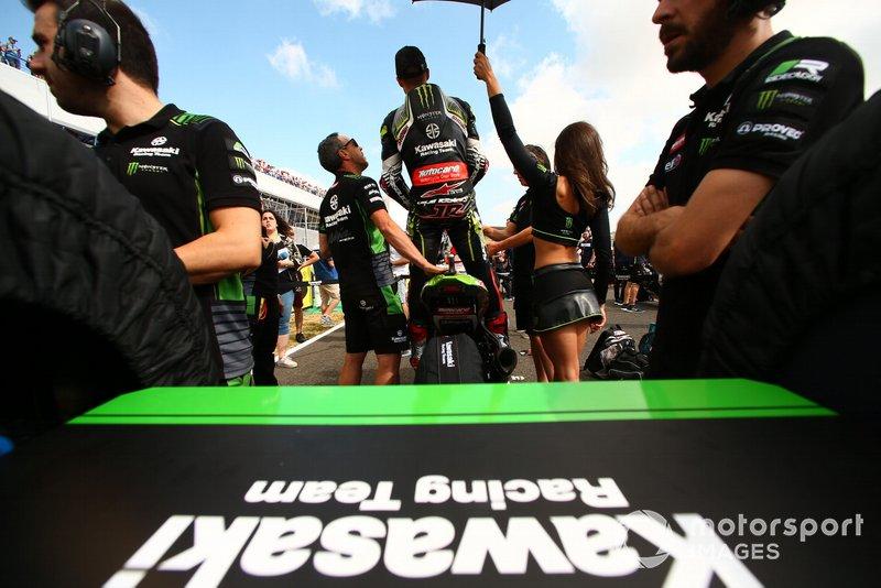 Jonathan Rea, Kawasaki Racing, mira desde el fondo de la parrilla, desde donde arrancó por sanción