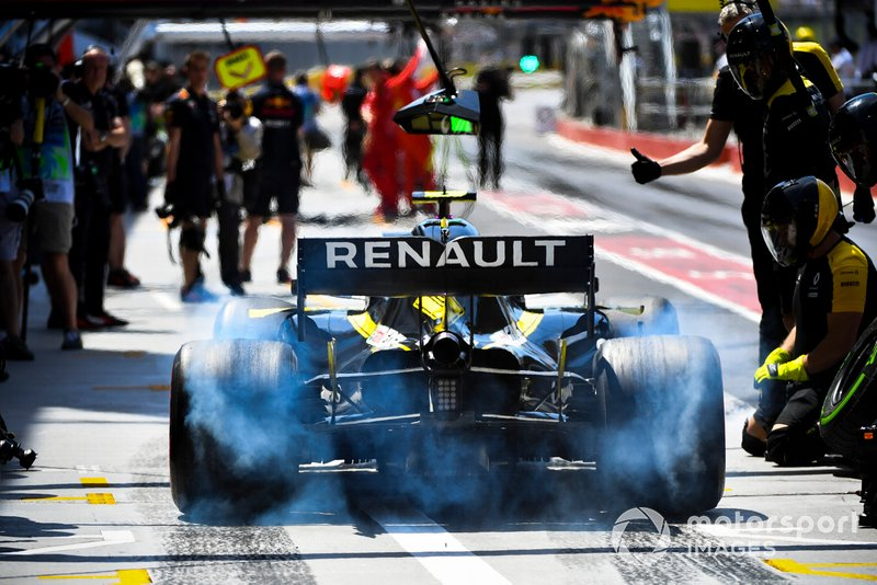 Nico Hulkenberg, Renault R.S. 19, spins his rears in the pit lane