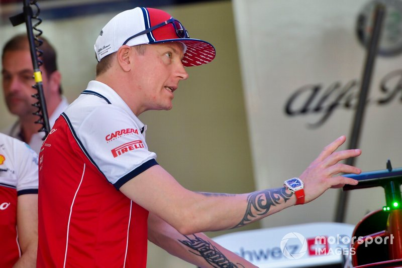 Kimi Raikkonen, Alfa Romeo Racing talks to engineers