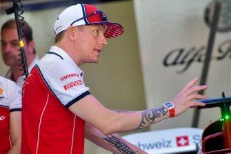 Kimi Raikkonen, Alfa Romeo Racing habla con sus ingenieros