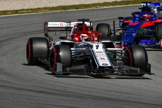 Kimi Raikkonen, Alfa Romeo Racing C38, devant Daniil Kvyat, Toro Rosso STR14