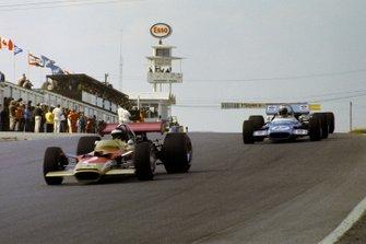 Jochen Rindt, Lotus 49B mène la course devant Jackie Stewart, Matra MS180, et Jacky Ickx, Brabham BT26A