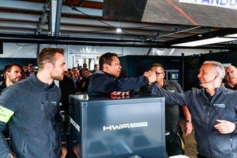 I meccanici dell'HWA Racelab festeggiano la sessione di qualifiche nella quale entrambe le auto hanno raggiunto la top five con successo.