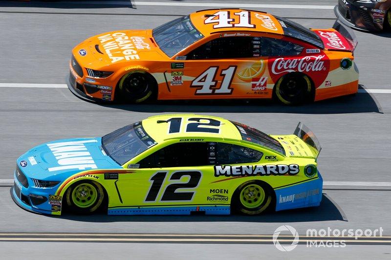 Ryan Blaney, Team Penske, Ford Mustang Menards/Knauf Daniel Suarez, Stewart-Haas Racing, Ford Mustang Coca-Cola Orange Vanilla