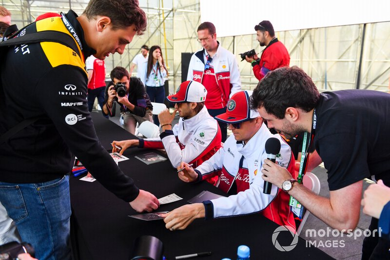 Kimi Raikkonen, Alfa Romeo Racing et Antonio Giovinazzi, Alfa Romeo Racing signent des autographes