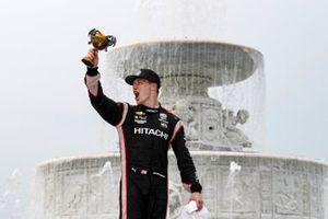 Josef Newgarden, Team Penske Chevrolet celebra en el podio con el Cáliz de la Excelencia