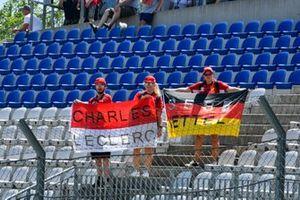 Des fans de Charles Leclerc, Ferrari dans la tribune avec un drapeau