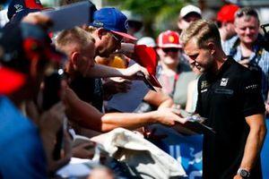 Kevin Magnussen, Haas F1 signe un autographe pour un fan