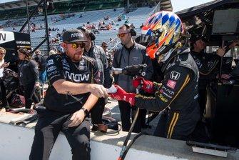 James Hinchcliffe, Arrow Schmidt Peterson Motorsports Honda demands the valuables of a crewman