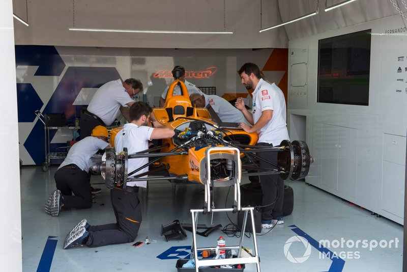 Fernando Alonso, McLaren Racing Chevrolet, il team prepara l'auto di scorta dopo l'incidente