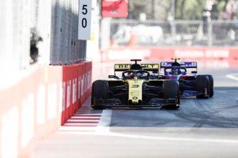 Daniel Ricciardo, Renault R.S.19, leads Alexander Albon, Toro Rosso STR14