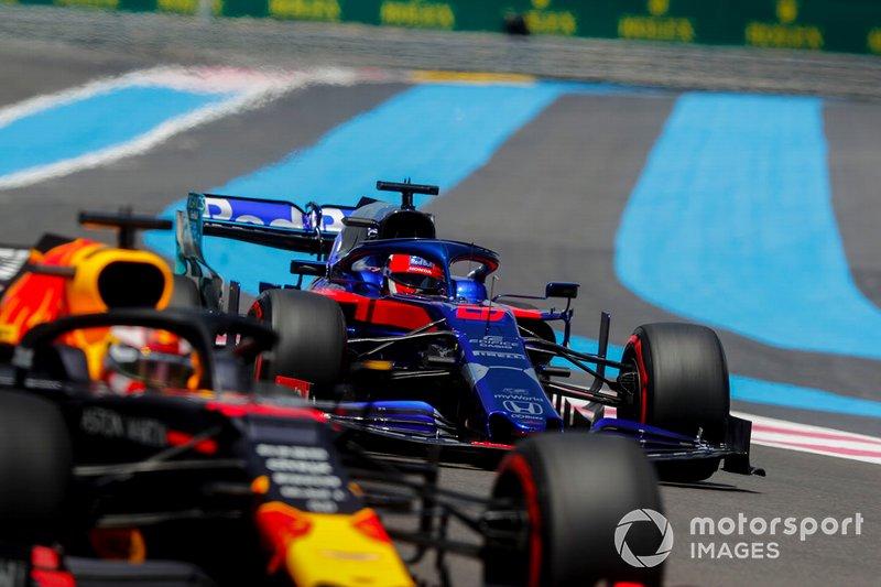 Max Verstappen, Red Bull Racing RB15, y Daniil Kvyat, Toro Rosso STR14