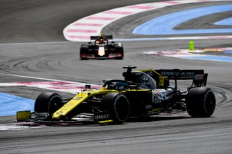 Daniel Ricciardo, Renault F1 Team R.S.19, leads Pierre Gasly, Red Bull Racing RB15