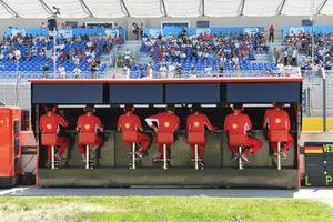 Het Ferrari-team aan de pitmuur