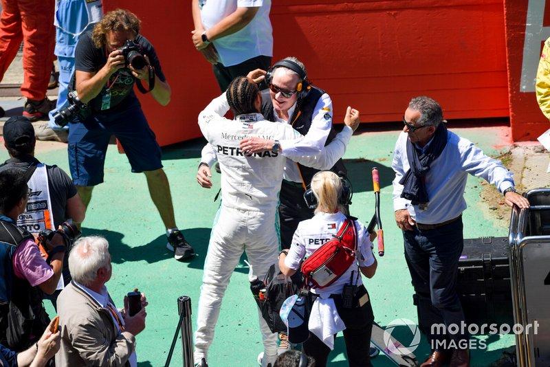 Lewis Hamilton, Mercedes AMG F1, salue Mansour Ojjeh, co-propriétaire de McLaren