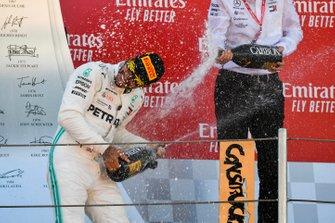 Lewis Hamilton, Mercedes AMG F1, primo posto, spruzza lo Champagne