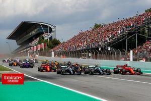 Lewis Hamilton, Mercedes AMG F1 W10, Valtteri Bottas, Mercedes AMG W10 en Sebastian Vettel, Ferrari SF90 onderweg naar de eerste bocht aan het begin van de race