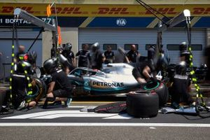 Lewis Hamilton, Mercedes AMG F1 W10 pit stop practice