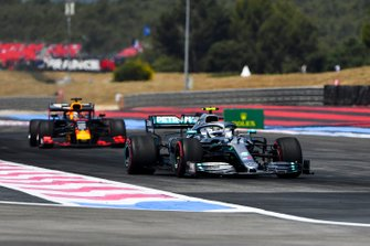 Valtteri Bottas, Mercedes AMG W10, en Max Verstappen, Red Bull Racing RB15