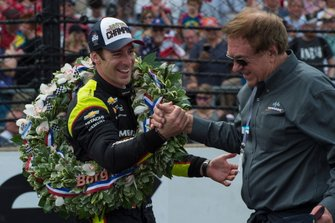 Simon Pagenaud, Team Penske Chevrolet, festeggia con lo sponsor John Menard