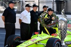 Simon Pagenaud, Team Penske Chevrolet, Roger Penske, Jim Campbell en Chevrolet engineers met de Borg-Warner trophy