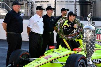 Simon Pagenaud, Team Penske Chevrolet, Roger Penske, Jim Campbell e Chevrolet engineers con il trofeo Borg-Warner