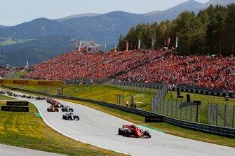 Charles Leclerc, Ferrari SF90, precede Valtteri Bottas, Mercedes AMG W10, Lewis Hamilton, Mercedes AMG F1 W10, Lando Norris, McLaren MCL34, Kimi Raikkonen, Alfa Romeo Racing C38, e il rest delle auto all'inizio