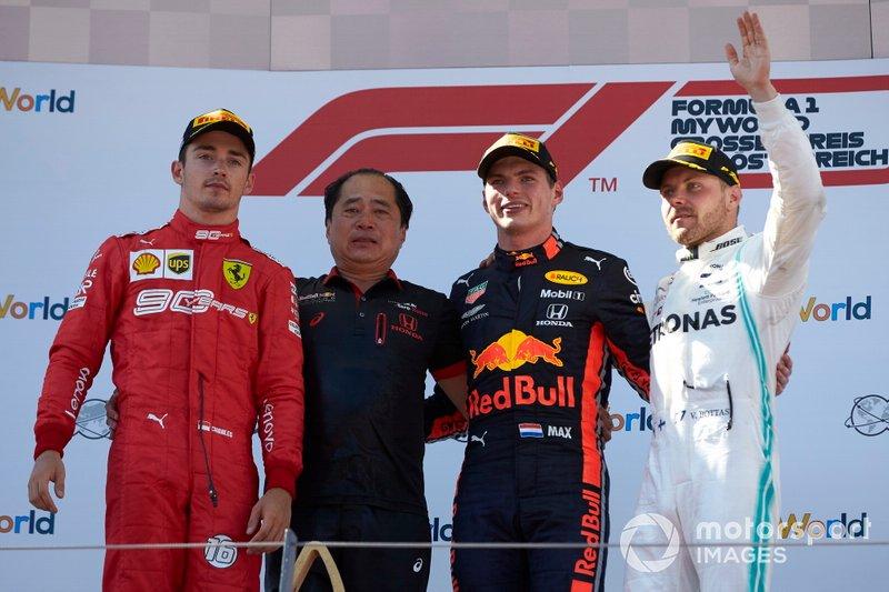 Charles Leclerc, Ferrari, seconda posizione, Toyoharu Tanabe, F1 Technical Director, Honda, Max Verstappen, Red Bull Racing, prima posizione, e Valtteri Bottas, Mercedes AMG F1, terza posizione, sul podio